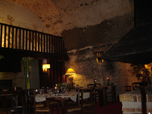 intérieur du restaurant troglodyte la Cave